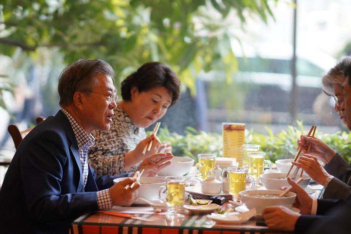 Tổng thống Hàn Quốc dừng xe ăn phở Việt 150.000đ trước khi về nước - Ảnh 5.