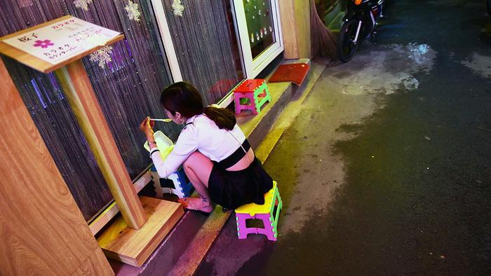 Bar kiểu Nhật ở Sài Gòn: Chăm khách vì tiền - Ảnh 4.