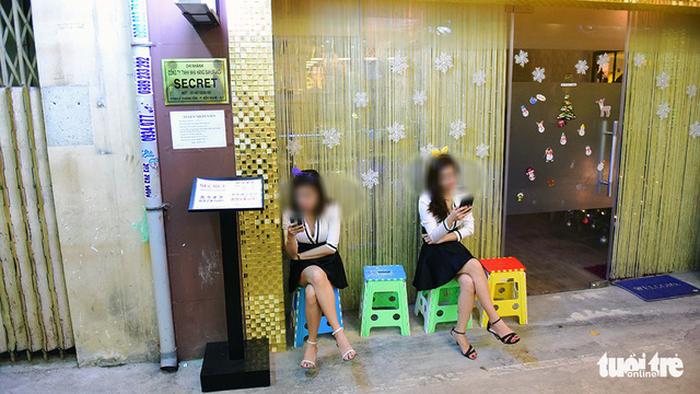 Bar kiểu Nhật ở Sài Gòn: Chăm khách vì tiền - Ảnh 3.