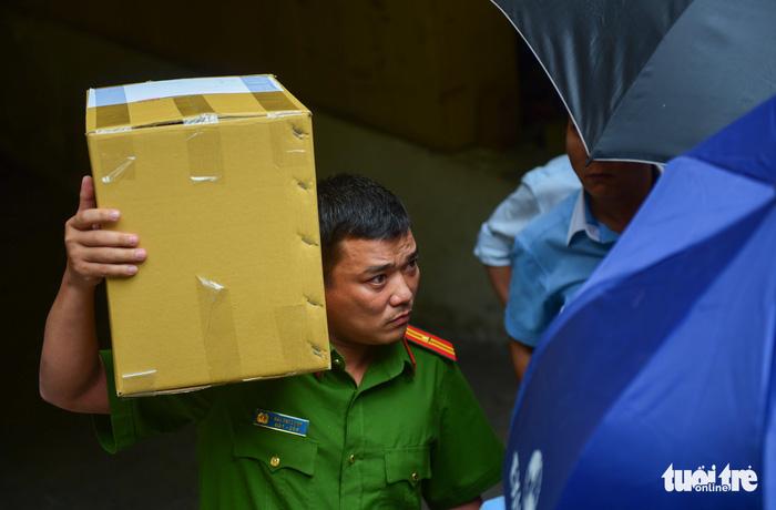 Toàn cảnh công an khám xét, bắt 2 nhân viên Eximbank TP.HCM - Ảnh 6.
