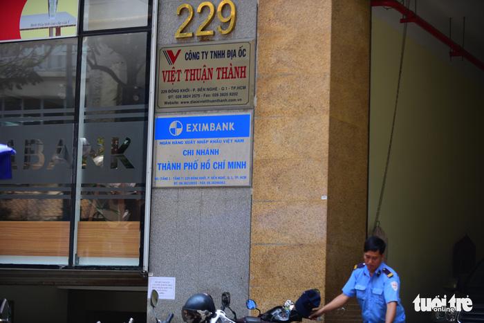 Toàn cảnh công an khám xét, bắt 2 nhân viên Eximbank TP.HCM - Ảnh 2.