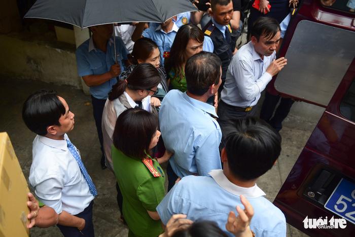 Toàn cảnh công an khám xét, bắt 2 nhân viên Eximbank TP.HCM - Ảnh 4.