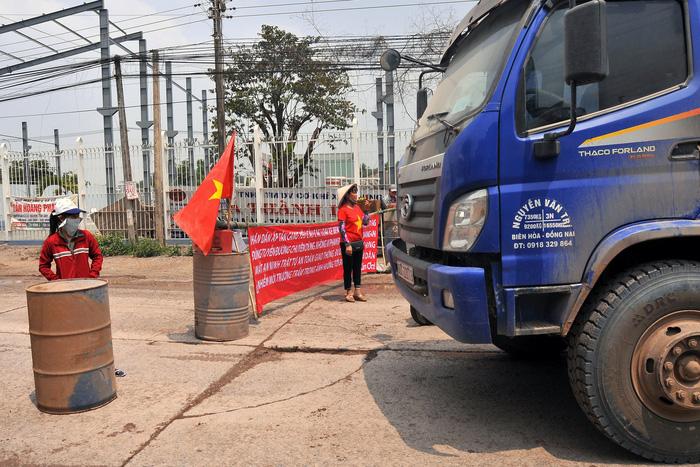 Dân chặn đường xe ben chở đá bị người lạ cầm ống tuýp dọa đánh - Ảnh 2.