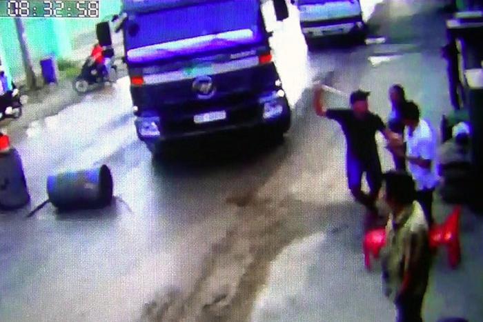 Dân chặn đường xe ben chở đá bị người lạ cầm ống tuýp dọa đánh - Ảnh 1.