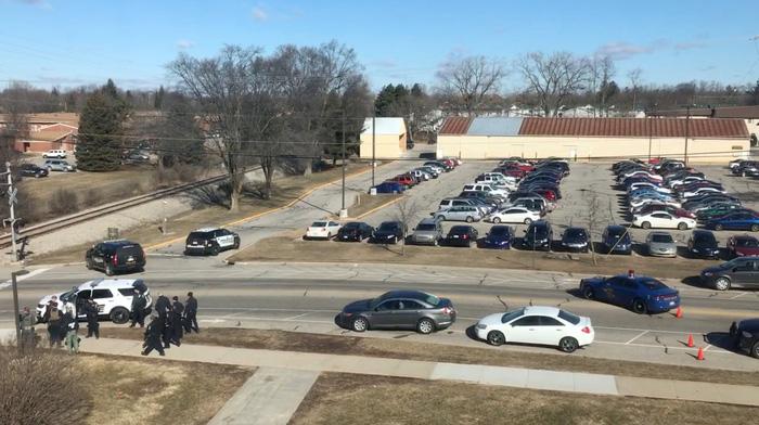 Sinh viên Mỹ bắn chết cha mẹ ngay tại trường - Ảnh 1.