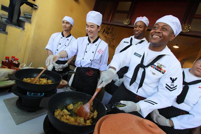 Đầu bếp tàu sân bay Mỹ nấu mì Quảng, làm nem rán, bánh xèo - Ảnh 1.