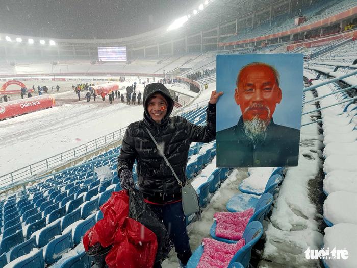 Cổ động viên Việt Nam nhặt rác giữa mưa tuyết sau trận chung kết - Ảnh 4.