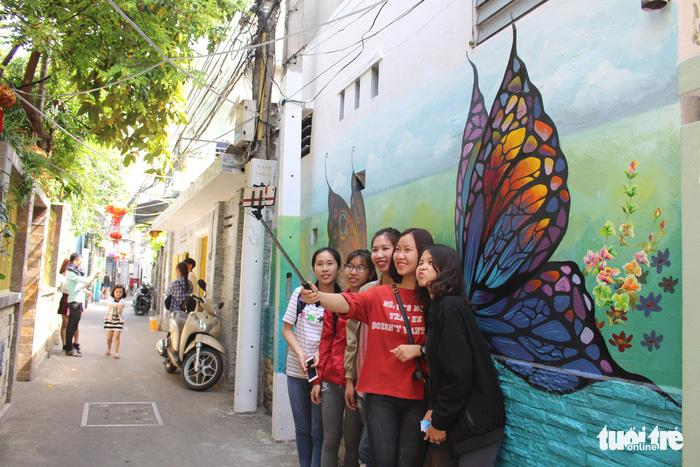 Bạn trẻ đua nhau check-in hẻm bích họa Đà Nẵng - Ảnh 1.