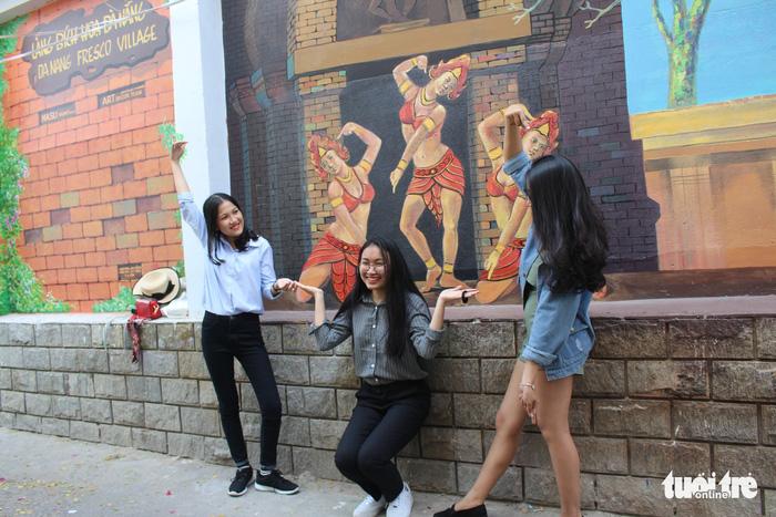 Bạn trẻ đua nhau check-in hẻm bích họa Đà Nẵng - Ảnh 8.