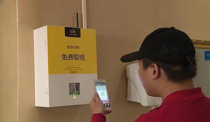 Trung Quốc bắt nhận diện mặt mới được cấp miếng giấy đi vệ sinh - Ảnh 1.