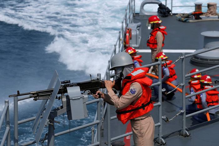 Đài Loan kéo tàu ngầm ra biển tập trận thách thức Trung Quốc - Ảnh 1.