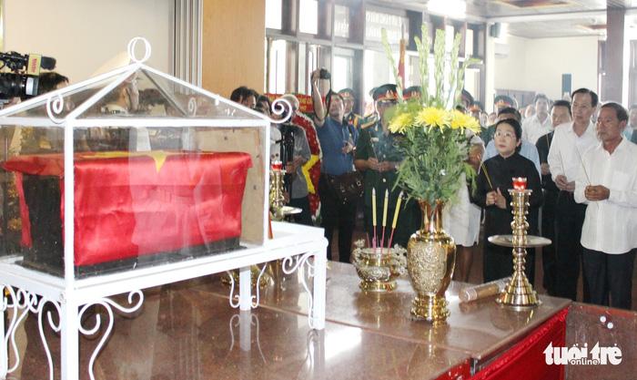 Thắp hương tưởng nhớ anh hùng liệt sĩ Nguyễn Văn Trỗi trước giờ an táng hài cốt anh tại nghĩa trang liệt sĩ TP.HCM