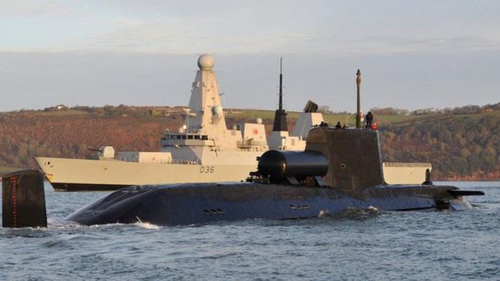 Tàu ngầm Nga, Anh vờn nhau trước vụ tấn công Syria - Ảnh 2.
