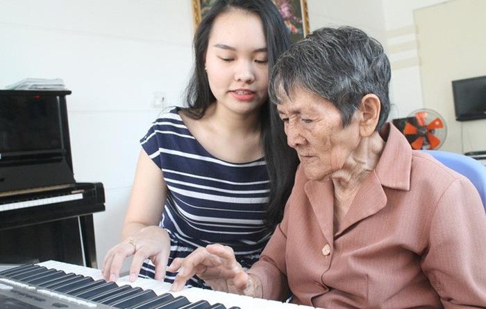 Vượt lên nỗi buồn, cụ bà 80 tuổi vẫn dạy tiếng Anh kiếm tiền học nhạc
