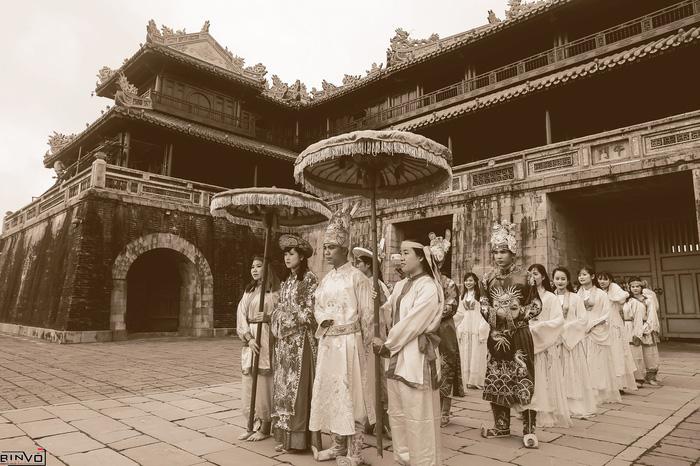 Độc đáo bộ ảnh kỷ yếu Hoàng cung của sinh viên Huế - Ảnh 1.