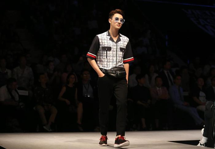 Bùi Tiến Dũng U23 Việt Nam đốt nóng sàn diễn thời trang quốc tế - Ảnh 8.
