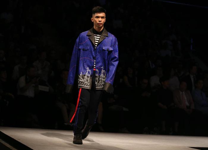 Bùi Tiến Dũng U23 Việt Nam đốt nóng sàn diễn thời trang quốc tế - Ảnh 10.