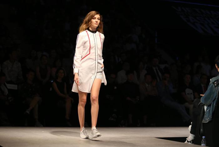 Bùi Tiến Dũng U23 Việt Nam đốt nóng sàn diễn thời trang quốc tế - Ảnh 11.