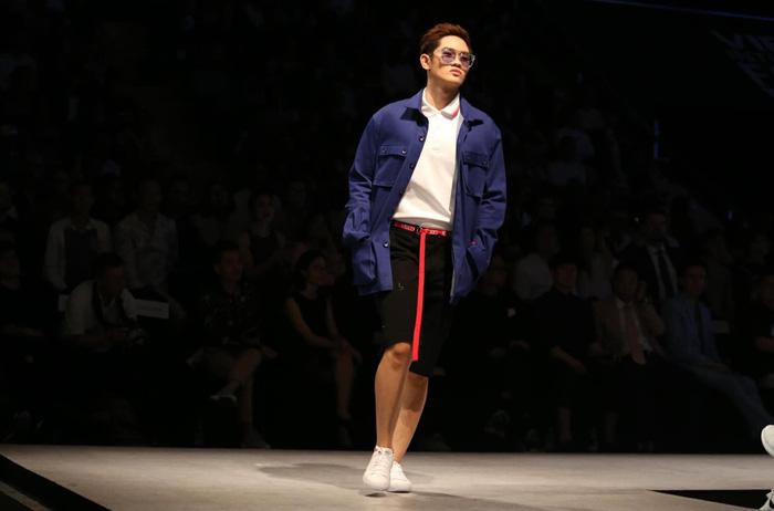 Bùi Tiến Dũng U23 Việt Nam đốt nóng sàn diễn thời trang quốc tế - Ảnh 12.