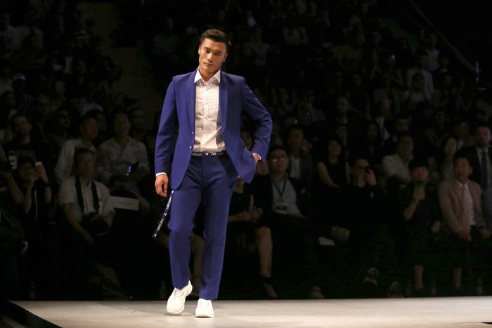 Bùi Tiến Dũng U23 Việt Nam đốt nóng sàn diễn thời trang quốc tế - Ảnh 3.