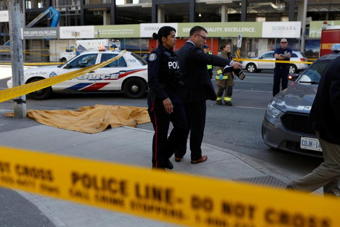 Xe tông người đi bộ ở Canada, nhiều người chết và bị thương - Ảnh 1.
