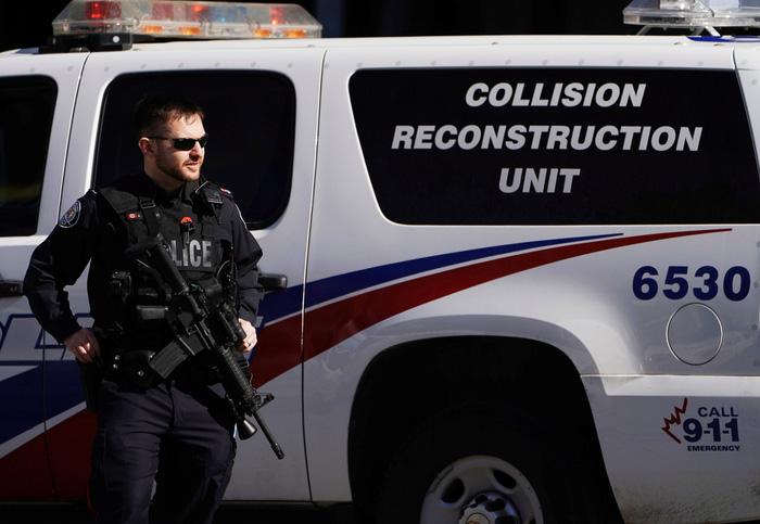 Xe tông người đi bộ ở Canada, nhiều người chết và bị thương - Ảnh 2.