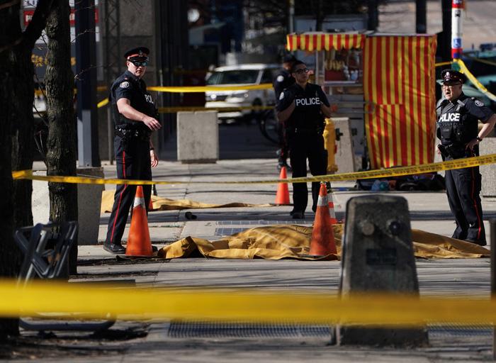 Xe tông người đi bộ ở Canada, nhiều người chết và bị thương - Ảnh 6.