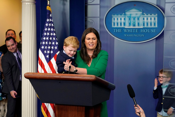 Thư ký báo chí Nhà Trắng bị các em nhỏ 'hỏi xoáy' - Ảnh 1.