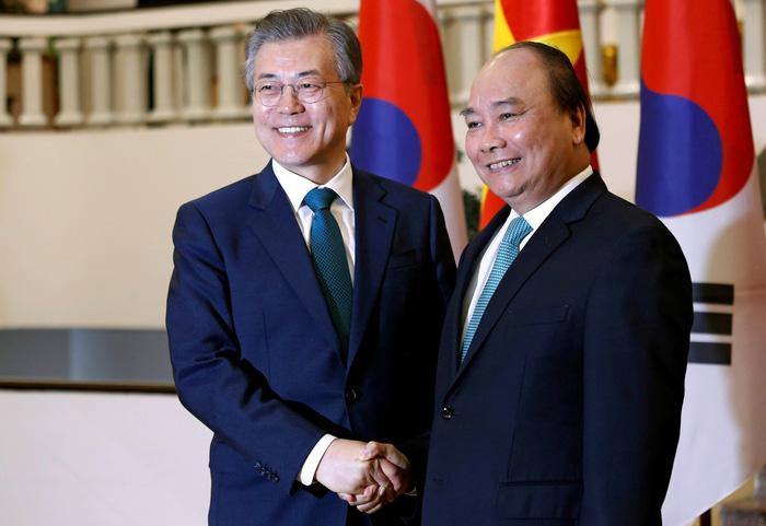 Tổng thống Hàn Quốc Moon Jae In (trái) gặp gỡ Thủ tướng Nguyễn Xuân Phúc trong chuyến thăm Việt Nam mới đây - Ảnh: REUTERS
