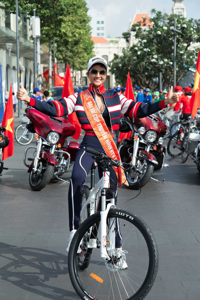 HHen Nie đạp xe đón đoàn đua cúp truyền hình ngày 30-4 - Ảnh 2.