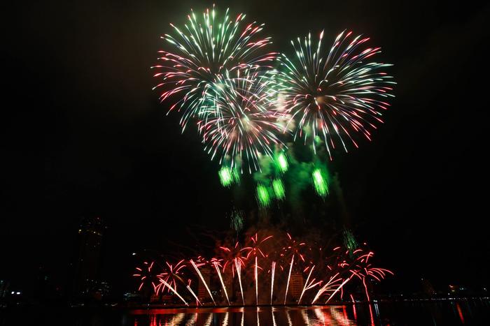 Pháo hoa thắp sáng bầu trời Đà Nẵng đêm 30-4 - Ảnh 1.