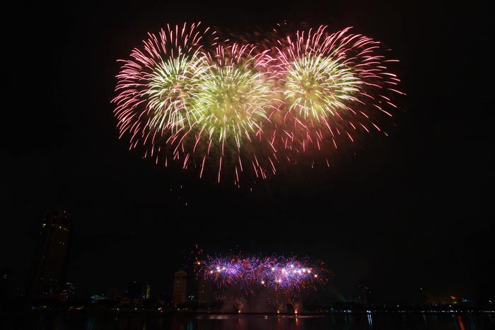 Pháo hoa thắp sáng bầu trời Đà Nẵng đêm 30-4 - Ảnh 7.