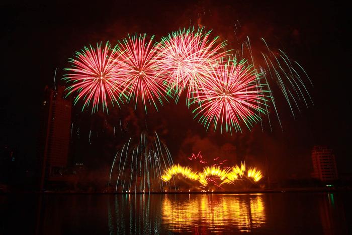 Pháo hoa thắp sáng bầu trời Đà Nẵng đêm 30-4 - Ảnh 9.