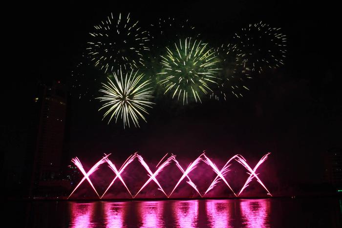 Pháo hoa thắp sáng bầu trời Đà Nẵng đêm 30-4 - Ảnh 11.