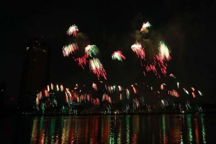 Pháo hoa thắp sáng bầu trời Đà Nẵng đêm 30-4 - Ảnh 12.