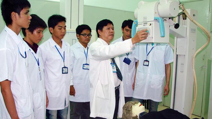 Điều dưỡng và kỹ thuật viên y học: cơ hội nghề nghiệp rộng mở - Ảnh 2.