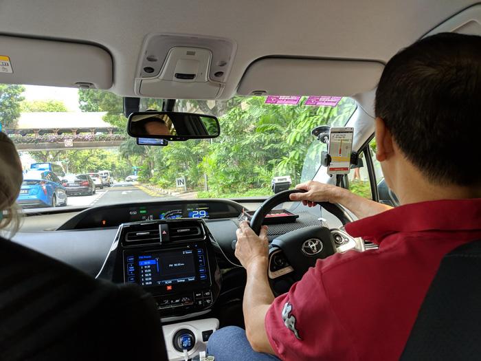 Grab bị Singapore yêu cầu duy trì ứng dụng Uber đến ngày 15-4 - Ảnh 1.