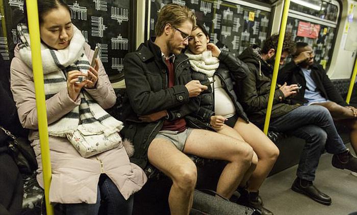 Nam thanh nữ tú diện quần lót đi tàu điện cho vui - Ảnh 5.