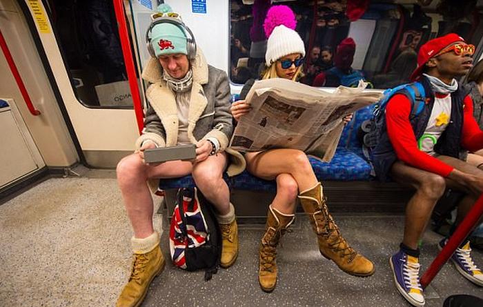 Nam thanh nữ tú diện quần lót đi tàu điện cho vui - Ảnh 6.