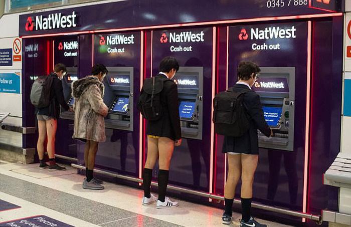 Nam thanh nữ tú diện quần lót đi tàu điện cho vui - Ảnh 9.
