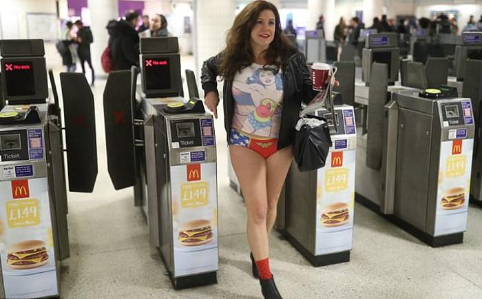 Nam thanh nữ tú diện quần lót đi tàu điện cho vui - Ảnh 8.