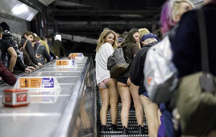 Nam thanh nữ tú diện quần lót đi tàu điện cho vui - Ảnh 2.