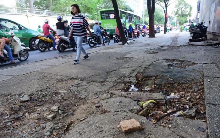Vỉa hè Sài Gòn - sống chết mặc bây! - Ảnh 1.