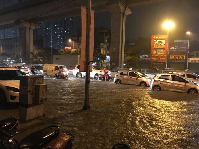 Đường phố Hà Nội ngập nặng sau trận mưa lớn nhất từ đầu năm - Ảnh 5.