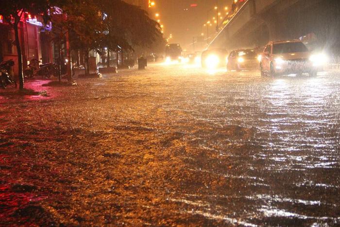 Đường phố Hà Nội ngập nặng sau trận mưa lớn nhất từ đầu năm - Ảnh 2.