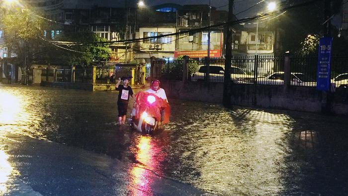 Đường phố Hà Nội ngập nặng sau trận mưa lớn nhất từ đầu năm - Ảnh 1.