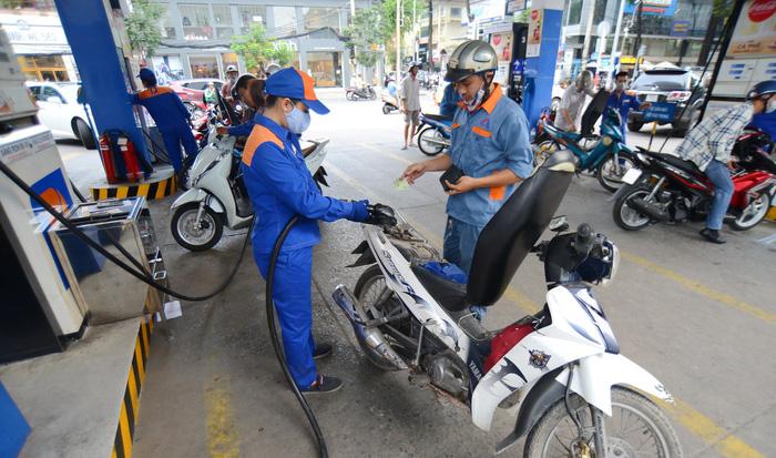 Giá xăng dầu tiếp tục đe dọa lạm phát kinh tế