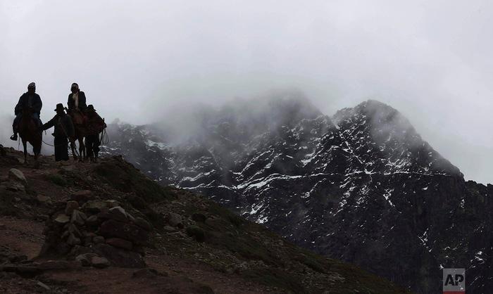 Du lịch bùng nổ, núi Cầu Vồng đẹp như photoshop lâm nguy - Ảnh 16.