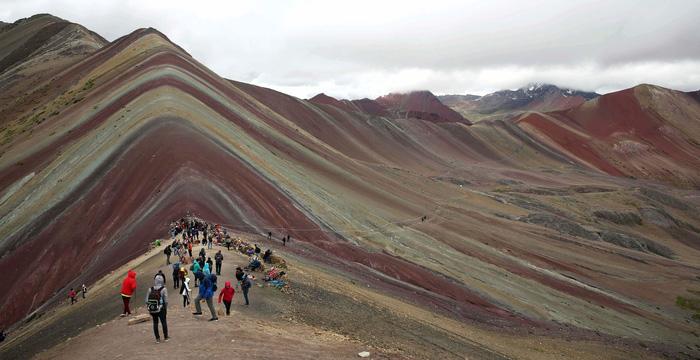 Du lịch bùng nổ, núi Cầu Vồng đẹp như photoshop lâm nguy - Ảnh 2.