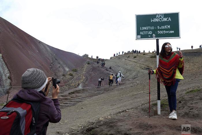 Du lịch bùng nổ, núi Cầu Vồng đẹp như photoshop lâm nguy - Ảnh 4.
